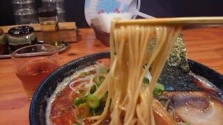 濃厚麺 楽楽楽 とん辛(激辛大盛) 麺