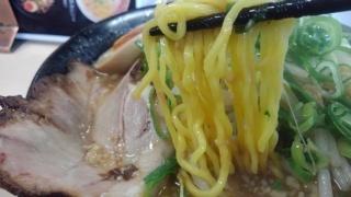ラーメン食堂 神豚 正油とんこつ 中太ちぢれ麺